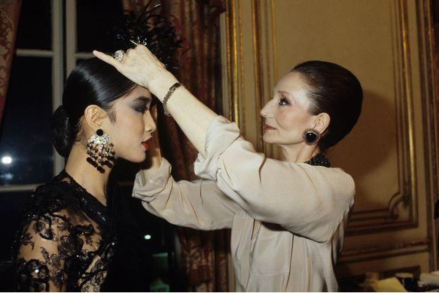 Mars 1984: Jacqueline de Ribes présente sa nouvelle collection automne-hiver griffée J.R. au Cercle Interallié devant le gotha international.