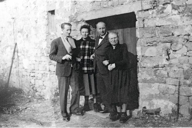 1947, à Callian (Var). Hervé desCharbonneries, le compagnon de Catherine Dior ; Catherine Dior ; Christian Dior ; et « Ma » Lefèvre, la gouvernante de la famille.