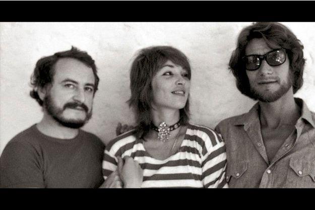Pierre Bergé, Talitha Getty et Yves Saint Laurent. Talitha et son mari John Paul Getty s'étaient établis au Maroc en 1966. En ht, un dessin de Fernando Sanchez représentant (de g. à dr.) l'artiste, Yves Saint Laurent, Loulou de la Falaise et Pierre Bergé.