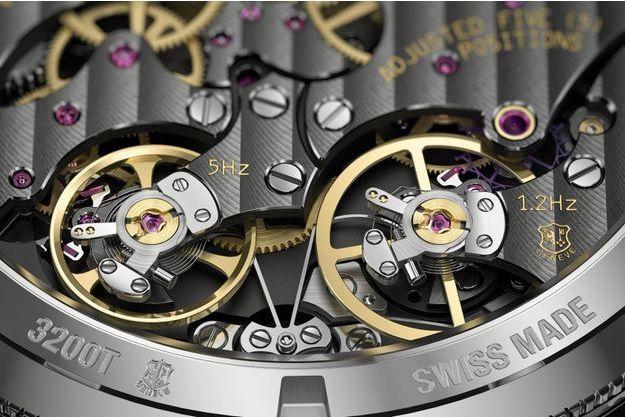 Cadran en or guilloché et saphir gravé, bracelet alligator. 42 mm de diamètre en platine. Mouvement mécanique.