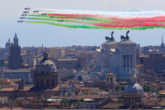 Les forces italiennes paradent dans les airs, le 2 juin 2017.
