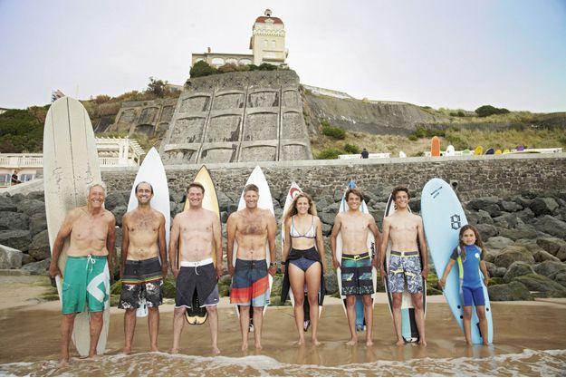 Ils ont écrit la légende du surf à Biarritz. De g. à dr.: Pierre Laharrague, Michel Larronde, Eric Graciet, Christophe Moraiz, Pauline Ado, Lucas et Arthur Graciet et Maelee Larronde, les pieds dans l'eau à la Côte des Basques. Cinq générations de passionnés, de 7 à 81 ans.