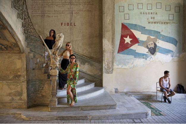 Dans l'escalier menant à La Guarida, un des lieux incontournables de la scène branchée cubaine, trois Américaines posent au même endroit que Rihanna, photographiée pour la couverture de « Vanity Fair », en novembre 2015.