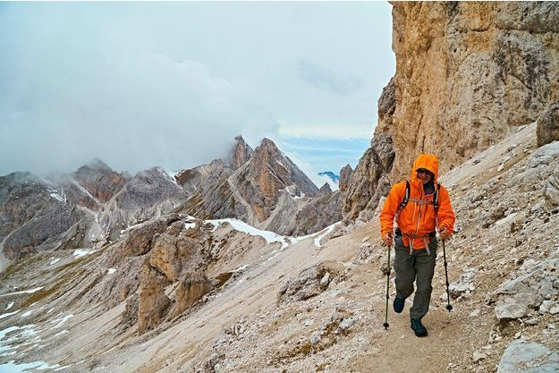 Un randonneur dans les Alpes italiennes.