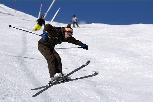 Un skieur s'éclate sur les pistes.