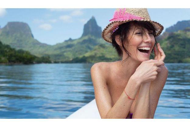 La chanteuse sur une pirogue traditionnelle au large de l'île de Moorea, où habite sa famille.