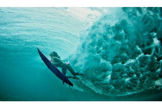 Elle s'entraîne souvent à Hawaï où elle est désormais admise par les purs et durs qui se veulent les gendarmes de la vague.
