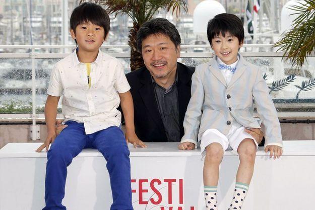 """Hirokazu Kore-Eda et les deux enfants de """"Tel père, tel fils"""""""