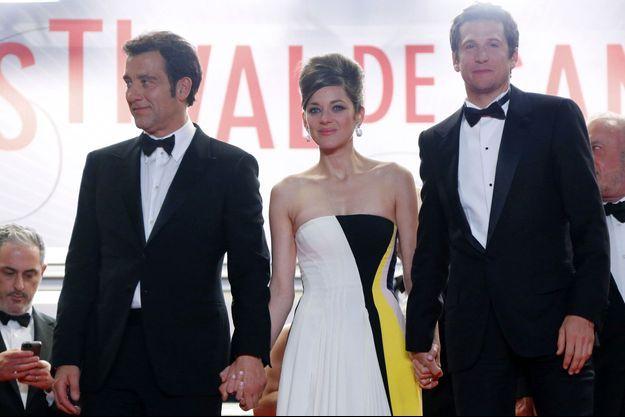 """Marion Cotillard, Guillaume Canet et Clive Owen, lors de la montée des marches de """"Blood Ties""""."""