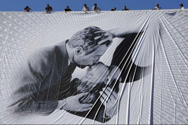 La magnifique affiche du 66e Festival de Cannes orne désormais le palais des festivals.