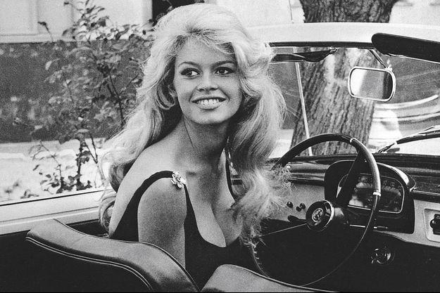 En 1959, un double symbole de jeunesse : Brigitte Bardot au volant de sa Floride.