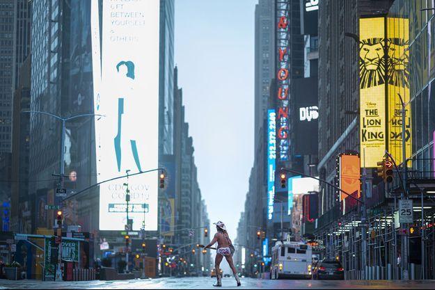"""Le """"naked cowboy"""" de Times Square dans un New York déserté, lundi."""