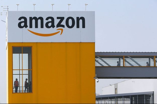 Devant l'entrepôt Amazon de Douai, dans le Nord, le 9 avril.