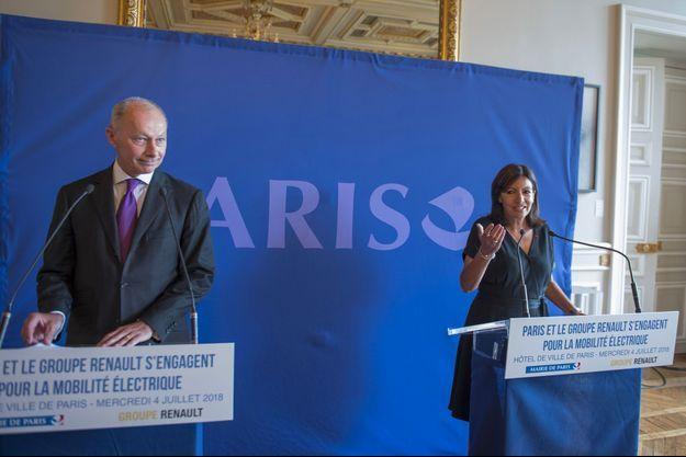Thierry Bolloré, directeur général adjoint du groupe Renault, et Anne Hidalgo, maire de Paris, mercredi.