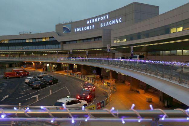 Devant l'aéroport de Toulouse-Blagnac.
