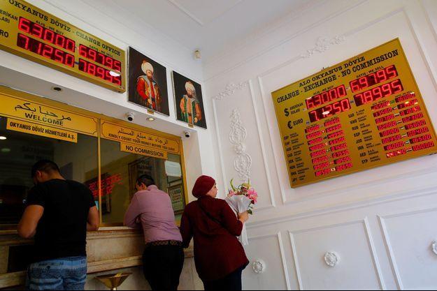 Dans un bureau de change à Istanbul, lundi.