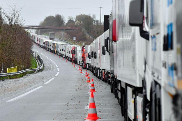 Des camions bloqués sur l'autoroute A16 près de Calais, le 14 mars.