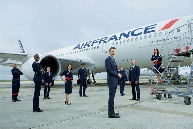 De l'hôtesse au commandant de bord, du mécanicien maintenance au cargonaute, les métiers du groupe sont réunis autour de Ben Smith, DG d'Air France-KLM. Le 5 juillet, à l'aéroport Roissy-Charles-de-Gaulle, devant un A350, le petit nouveau de la flotte.