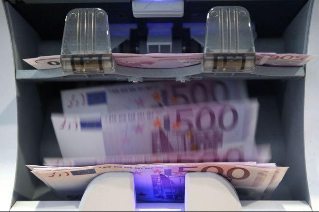 Des billets de 500 euros dans une machine à compter, dans une banque à Berne, en Suisse, en 2011.