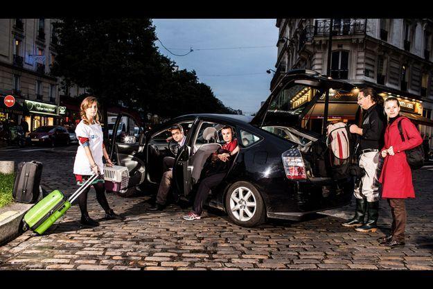 Paris, Ve arrondissement, vendredi 19 octobre, 18 heures. De g. à dr : Louise, élève infirmière, 22 ans et son chaton, Arsène, Mickael, le conducteur, informaticien, 30 ans, qui a rencontré sa femme, Polina, journaliste (à dr., en rouge), grâce au covoiturage, Alexis, 28 ans, professeur d'EPS, et Samuel, 32 ans, ingénieur agronome. Ils ont utilisé le site BlaBlaCar qui compte 2,4 millions d'utilisateurs.