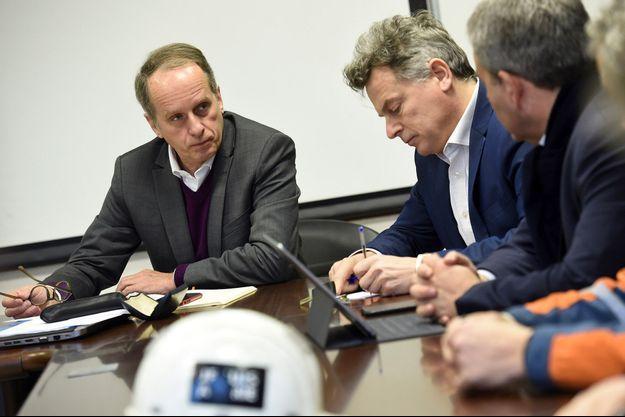 Le patron d'Ascoval, Cédric Orban, lors d'une réunion avec le député communiste Fabien Roussel et le président de la région Hauts-de-France, Xavier Bertrand, le 20 février dernier.