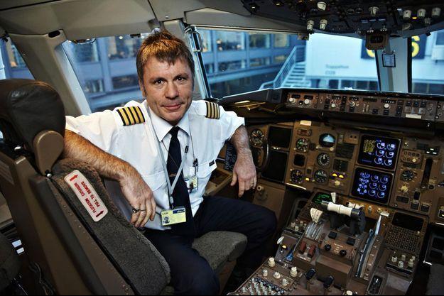 Bruce Dickinson en janvier 2011, à Copenhague. Il était alors pilote pour la compagnie Astraeus Airline, qui a depuis fait faillite.