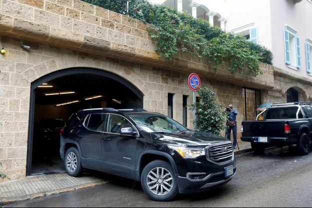 Une voiture sort de la résidence présumée de Carlos Ghosn à Beyrouth.