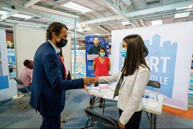 Le 10 juin, le P-DG de Carrefour, Alexandre Bompard, fait passer à Ilham un entretien d'embauche lors d'un forum de recrutement, dans le quartier de la Duchère à Lyon.