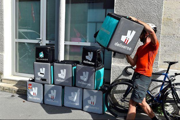 En août 2017 à Bordeaux, des livreurs en colère avaient empilé leurs sacs à dos devant les locaux de Deliveroo.