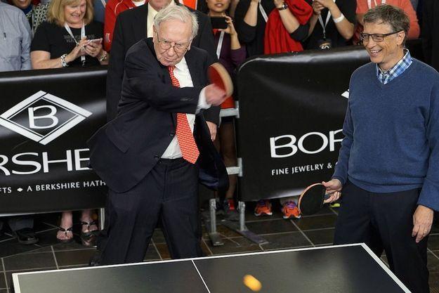Réunis autour d'une table de ping-pong, les deux milliardaires américains les plus riches: Warren Buffet, n°2, et Bill Gates, n°1.