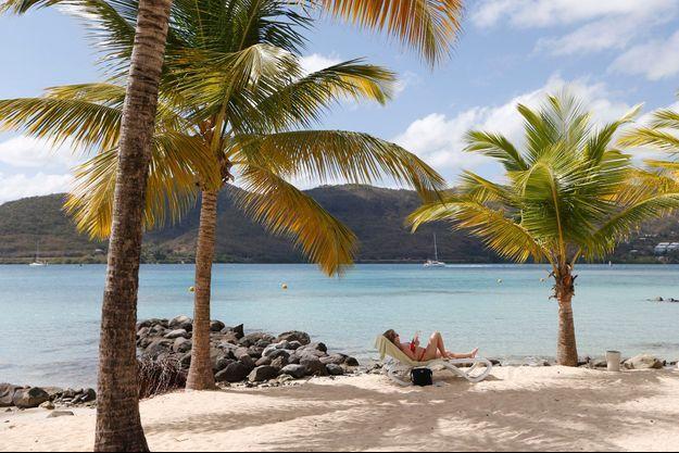 Des vacanciers profitent de la plage à la Martinique.