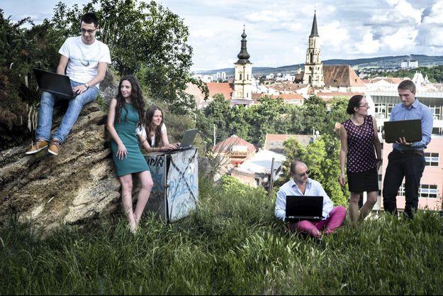 Sur fond de clocher bucolique de la ville de Cluj, la jeune équipe de l'entreprise Xoomworks édite un logiciel pour les salariés d'Alstom.