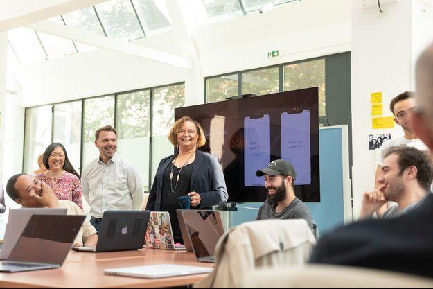 Lisa Jackson (au centre), vice-présidente d'Apple, en visite dans les locaux de Simplon.co à Montreuil, le 14 mai dernier.