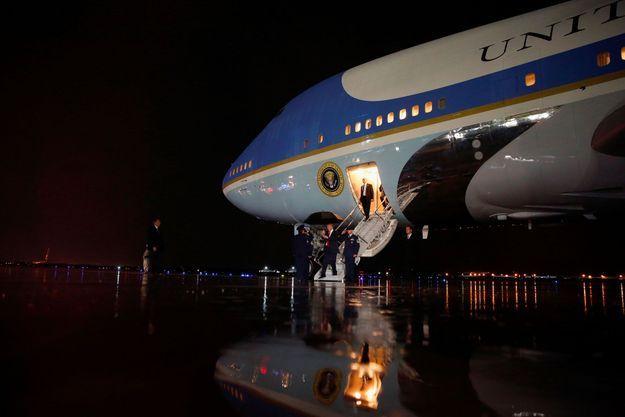 Donald Trump descend de l'avion présidentiel Air Force One, jeudi.