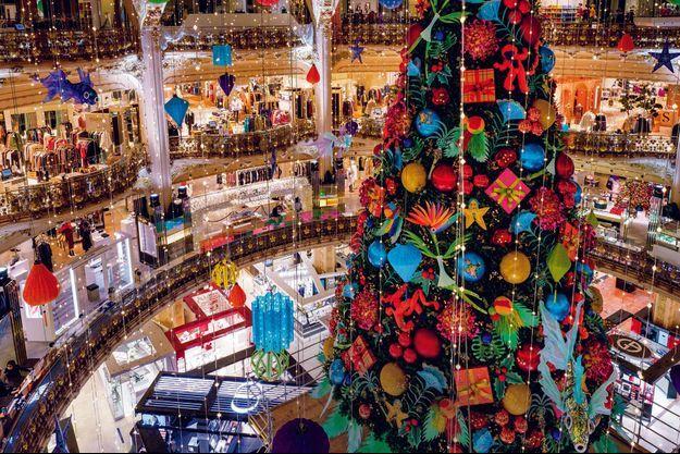 Les décorations de Noël dans les allées vides des Galeries Lafayette Haussmann, à Paris, le 13 novembre.