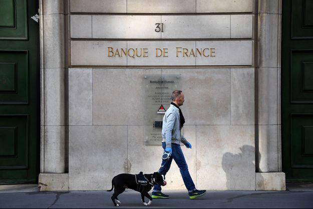 Devant le siège de la Banque de France pendant le confinement, à Paris, fin mars.