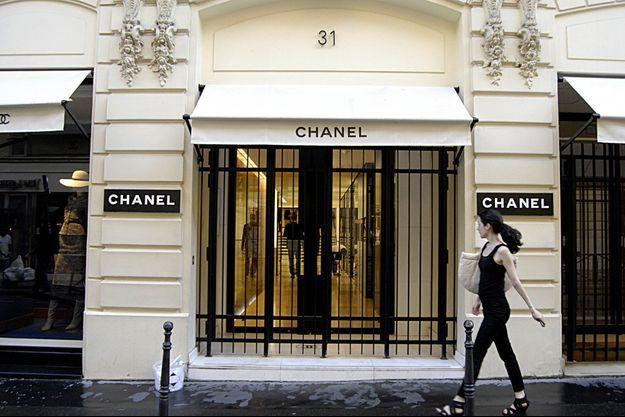 Devant une boutique Chanel, à Paris, en 2013. (photo d'illustration)