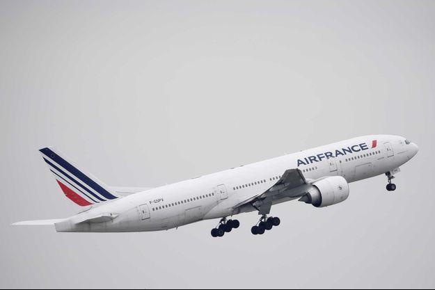 Un avion Air France décolle de Paris, le 16 mars.