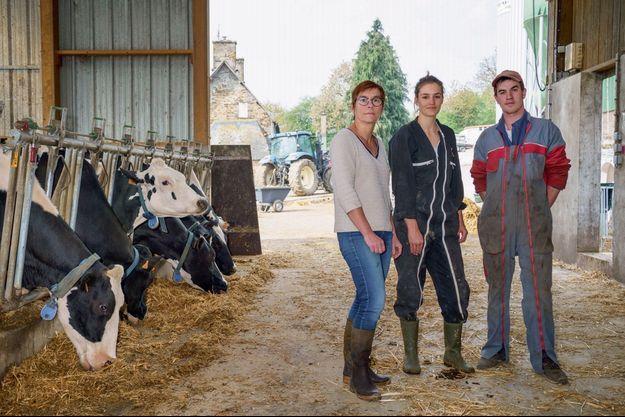 Hélène Destigny, 46 ans, avec Elise, 21 ans, l'amie de son fils, et Rémi, 20 ans, le salarié de l'exploitation.