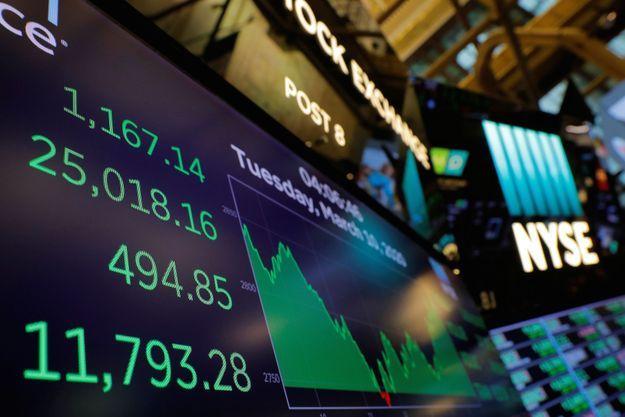 La progression exponentielle de l'épidémie va de pair avec l'accélération démesurée d'un krach planétaire, où les Bourses mondiales chutent un peu plus chaque jour.