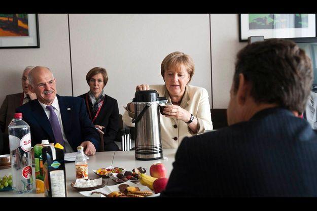 A Bruxelles, le 21 juillet : Le Premier ministre grec Georges Papandréou, Angela Merkel et Nicolas Srakozy, de dos.