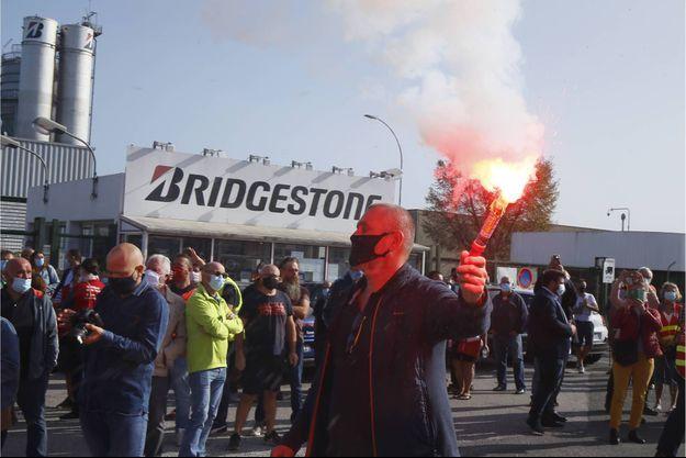 Des salariés de Bridgestone devant leur usine menacée de fermeture, le 17 septembre.
