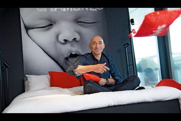 Denis Hennequin, PDG du Groupe Accor, dans les nouveaux décors des chambres des hotels Ibis.