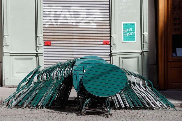 La devanture d'un café fermé par l'épidémie à Vienne. De la crise sanitaire à la crise économique, on craint l'effet domino.