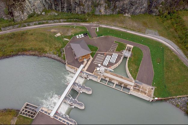 Vue aérienne du nouveau barrage sur la Romanche, à Livet-et-Gavet. Il détourne une partie de l'eau vers un bassin (partie triangulaire) qui se déverse dans un tunnel de près de 10 kilomètres.