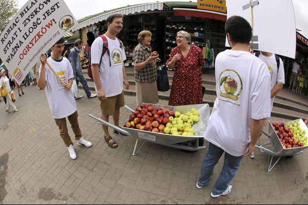 """En Pologne, un mouvement """"Mangez des pommes"""" conteste l'embargo russe imposé dès la semaine dernière."""