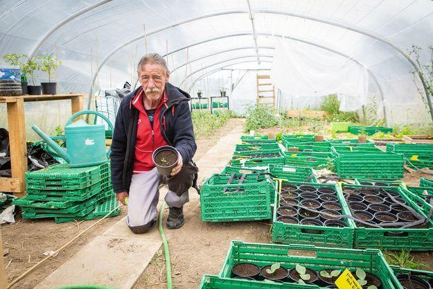 Francis Della-Ricca, 59 ans, a retrouvé un CDI. Licencié après quarante ans de plomberie, il est maintenant salarié en maraîchage.