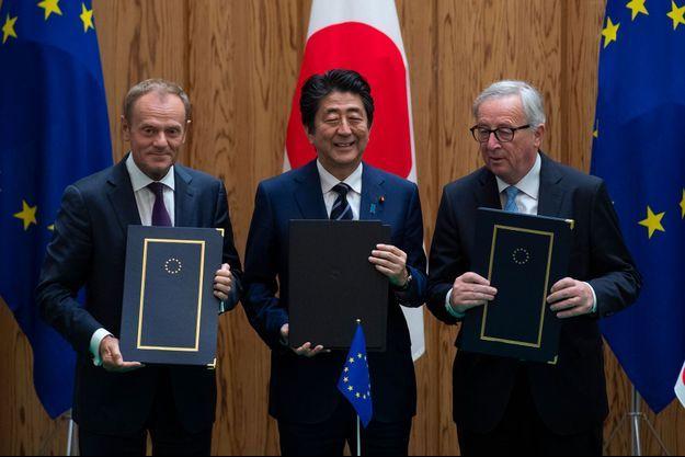 Le Premier ministre japonais Shinzo Abe, entouré du président du Conseil européen Donald Tusk et du président de la Commission européenne, Jean-Claude Juncker.