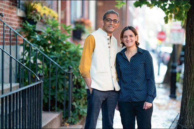 Lauréats. Avec son mari et ancien professeur, Abhijit Banerjee, à Cambridge le 14 octobre 2019 : le couple et leurs collègue Michael Kremer venaient de se voir attirbuer la plus prestigieuse des distinctions.