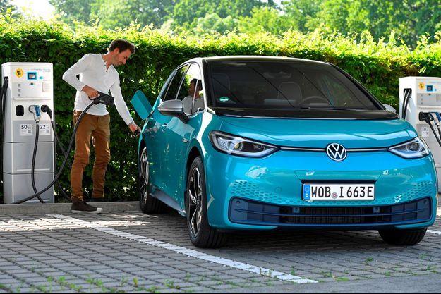 Un homme recharge une voiture électrique ID.3 de Volkswagen, le 8 juin dernier, dans l'usine du constructeur à Dresde.